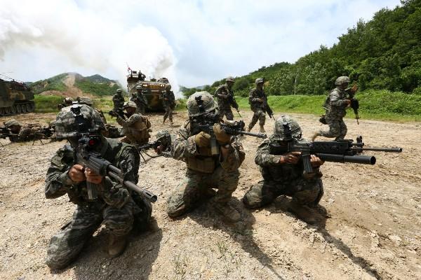 arrestan a 16 marines por tráfico de personas