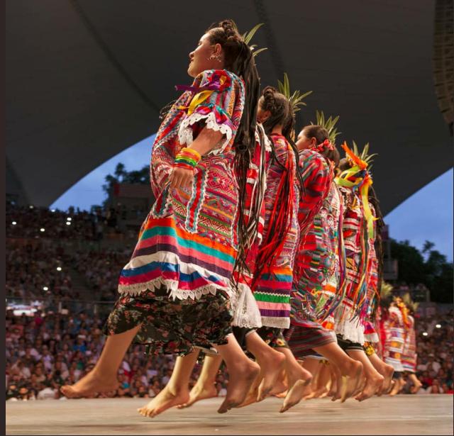 Mujeres expresando bailes tradicionales de su región. FOTO: Especial