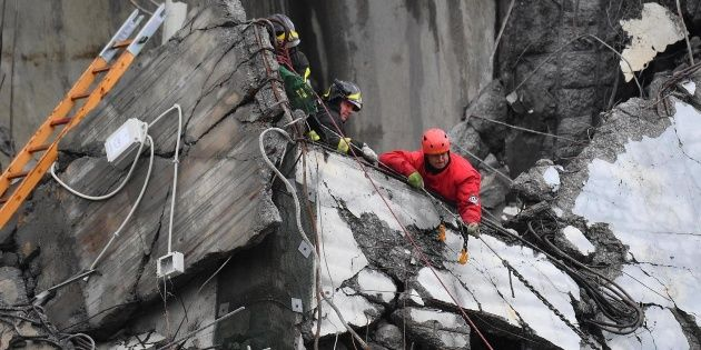 Bar colapsa en cora del sur.  Sobre la estructura que colapsó, situada a 2,5 metros sobre el piso principal, había un centenar de personas. Foto: Especial.