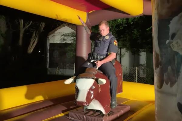 policía monta toro mecánico