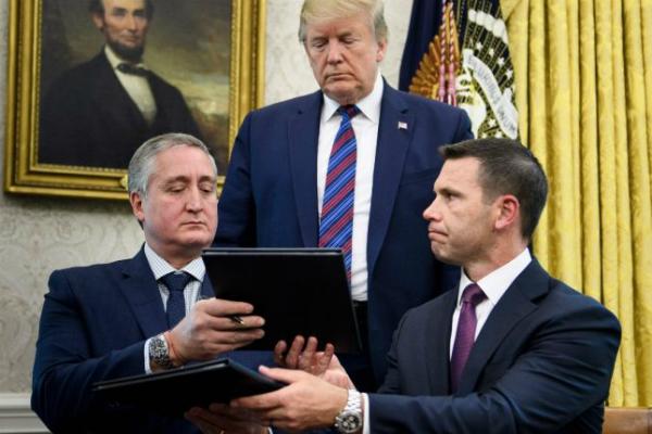 Donald Trump observa el acuerdo firmado por los 2 países. Foto: Especial.
