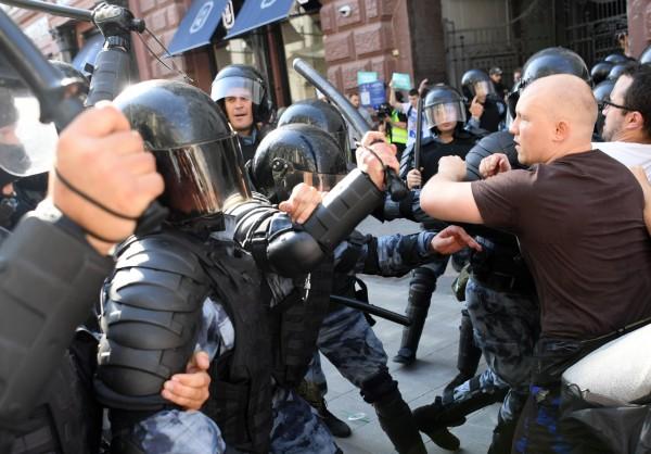 DUREZA. La oposición reclamó que algunas detenciones fueron violentas. Foto: AFP