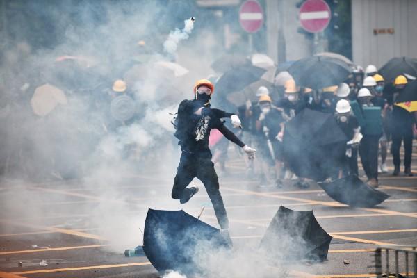 AGRESIONES. La Policía lanzó gas lacrimógeno a los manifestantes; los más radicales usaban cascos. Foto: AFP
