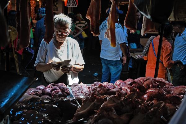 MARACAIBO. Cientos de jubilados venezolanos dependen de los envíos económicos del exterior. Foto: AFP.