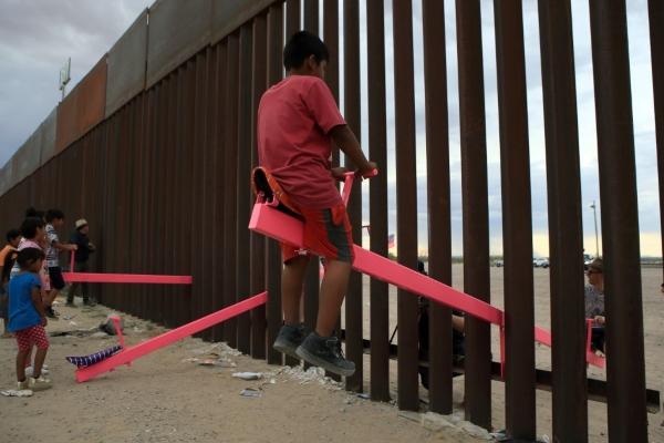 El colectivo Chopeke fue el responsable de poner este sube y baja en la frontera con Estados Unidos, junto con los arquitectos Ronald Rael y Virginia San Fratello. Foto AFP
