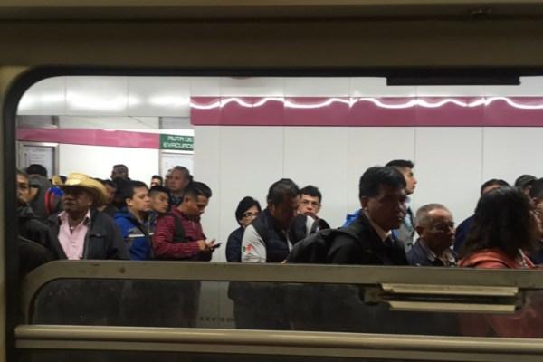 El Metro reportó alta concentración de usuarios en todas sus líneas. Foto: @elsucio21