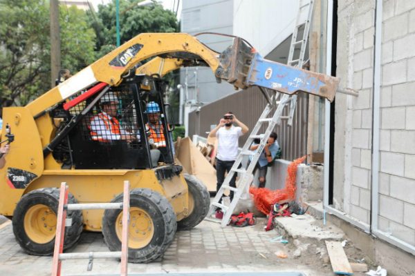 El alcalde de Miguel Hidalgo, Víctor Hugo Romo de Vivar Guerra, inició la demolición. Foto: Especial.