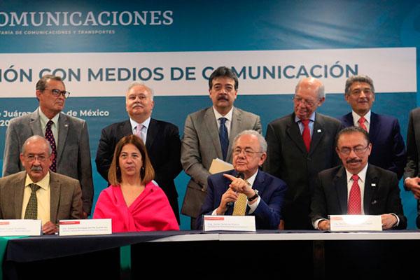 Javier Jiménez Espríu, secretario de Comunicaciones y Transportes y su equipo de trabajo