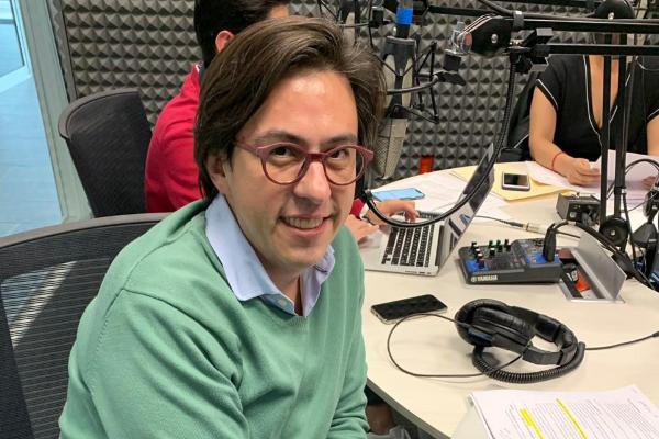 Óscar Sandoval en la cabina de El dedo en la llaga