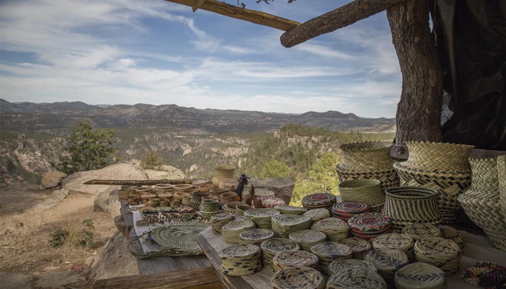 """A bordo del espectacular tren """"Chepe Express"""", los viajeros pueden disfrutar de una vista espectacular por las barrancas del cobre, el famoso teleférico, el mirador y hasta las cuevas tarahumaras, un recorrido que va de Los Mochis a Chihuahua. Foto: Especial"""