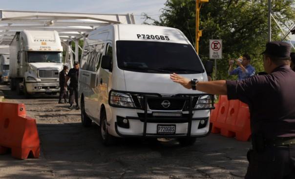 Un servicio funerario de Guatemala trasladó ayer los restos de Óscar y su hija. Foto: AP
