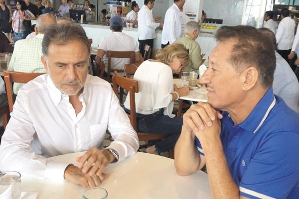 EN EL CAFÉ. Yunes Linares fue captado el 3 de mayo con el ex titular de la SSP veracruzana. Foto: Especial
