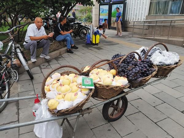 CAMBIO. Los negocios ambulantes también han dejado de utilizar dinero en efectivo en sus ventas. Foto: Lizeth Gómez de Anda