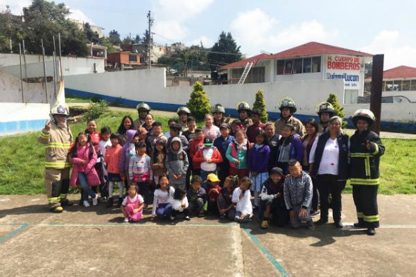 Edgar Cisneros, jefe del departamento de Bomberos, comentó que los menores fueron muy activos en su participación, sobre todo cuando se les mostró el uso y manejo del equipo. Foto: Especial.