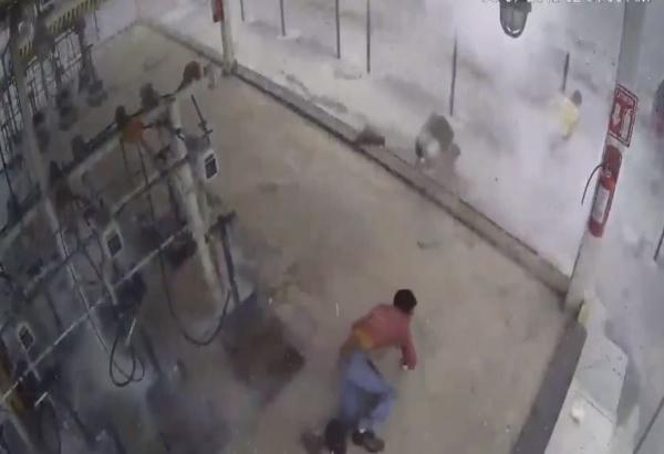 En las imágenes se puede ver como el tanque de gas sale volando y segundos después, el hombre reacciona y corre lejos de la estación de llenado. Foto: Twitter