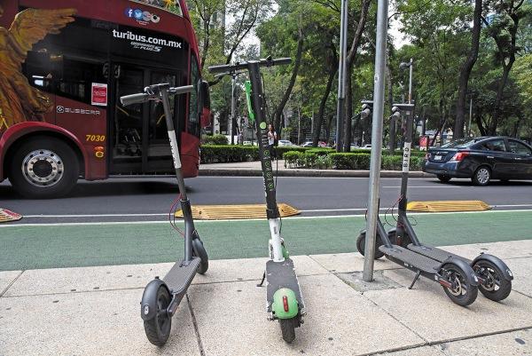 Scooters en la calle de la Ciudad de México. Foto: AFP.