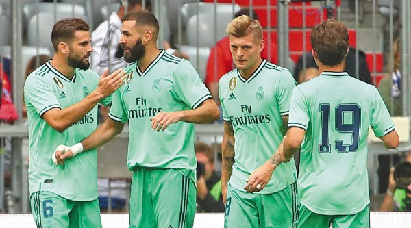 Estreno: El Madrid utilizó ayer su uniforme en color verde. Foto: Revters