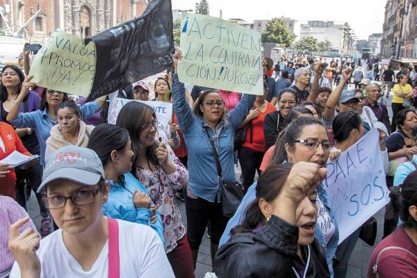 INSISTENCIA. Profesores de la CNTE han acudido a reuniones y protestas en Palacio Nacional. Foto: CUARTOSCURO.