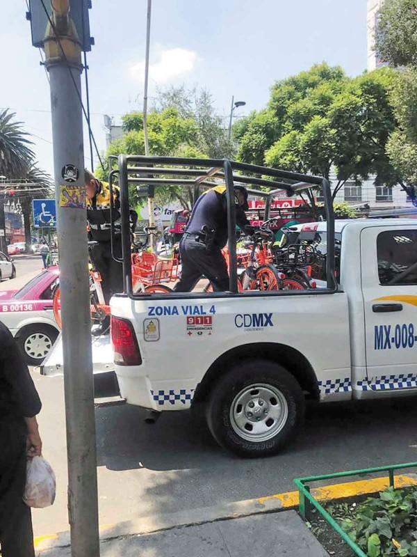 ARRIBA. Elementos de la SSC auxilian en el retiro de unidades de empresas incumplidas. Foto: Especial.