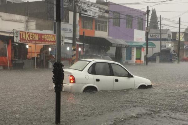Usuarios de redes sociales compartieron las inundaciones que ha dejado la lluvia del día de hoy, en el municipio de Atizapán de Zaragoza, en el Estado de México. Foto: @hermes