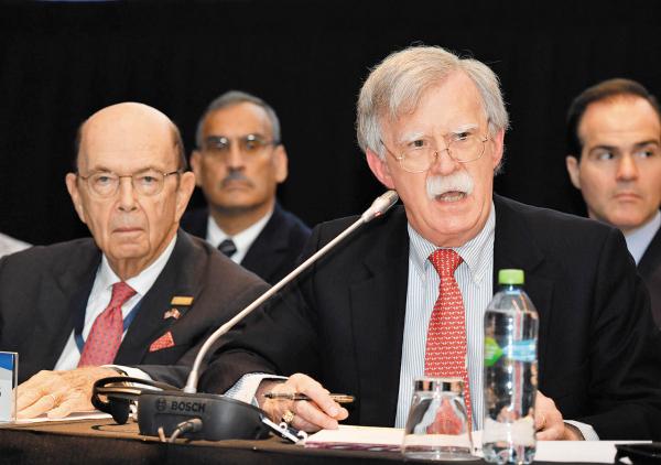 COMITIVA. Wilbur Ross y John Bolton encabezaron el equipo de Trump en Lima. Foto: AFP.