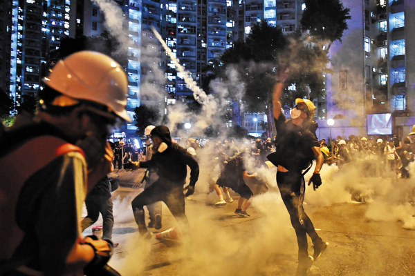 Se registraron enfrentamientos con la Policía, que utilizó gas lacrimógeno para dispersarlas, y arrestó a 148 personas. Foto: AFP.