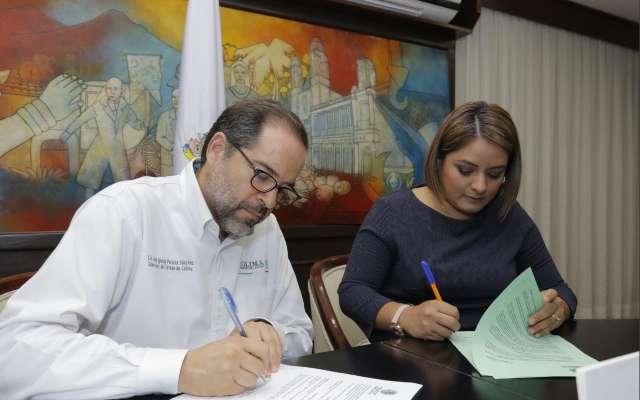 José Ignacio Peralta firma un documento para asistir a víctimas de trata. FOTO: Especial