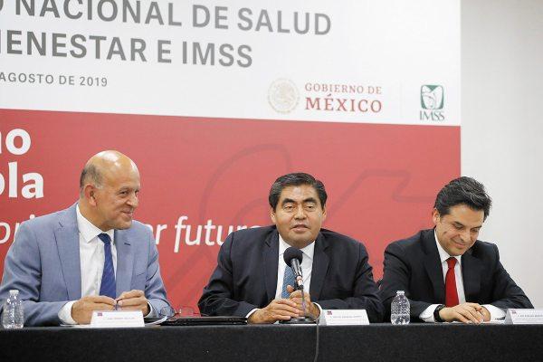 FIRMA. El gobernador Miguel Barbosa y Zoé Robledo. Foto: ENFOQUE.