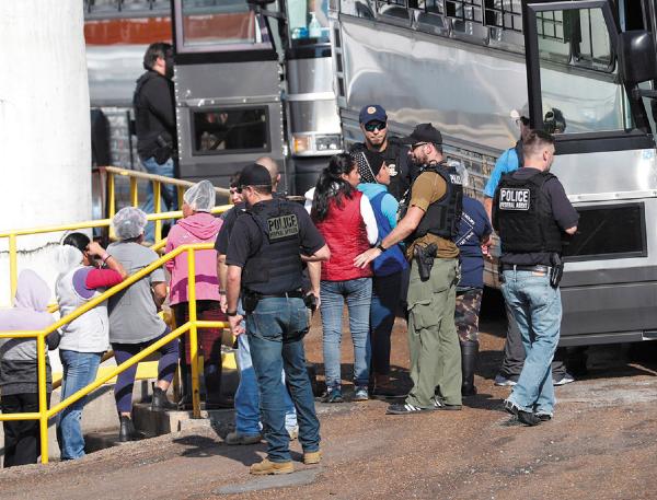 ACCIÓN. Agentes allanaron al menos siete plantas de procesamiento de alimentos y carnes en Misisipi, en busca de inmigrantes. Foto: AP