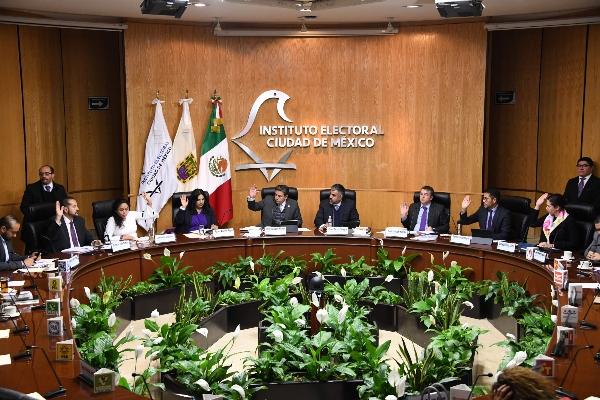 Instituto Nacional Electoral en mesa votando