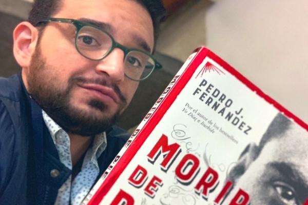 Pedro Fernández junto a su libro