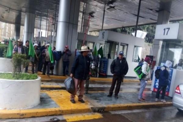 Manifestnates bloquean la caseta México-Toluca