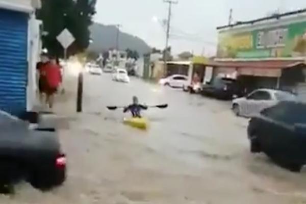 El hombre que grabó las imágenes celebra que el sujeto reme en su kayak, mientras que los autos le dan espacio para que circule. Foto: Twitter