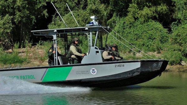 BOTE. La Unidad Marina de la Patrulla Fronteriza patrullaba la zona cercana a Fronton, Texas. Foto: Especial.