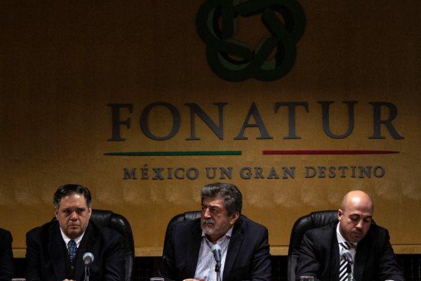 DECISIÓN. Rogelio Jiménez Pons (centro) emitió el fallo en el que participaron más de 100 empresas.  Foto: Notimex.