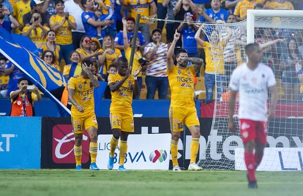 André-Pierre Gignac del equipo de los Tigres de la UANL, celebra el gol, ante el equipo de Necaxa, en el estadio Universitario, partido correspondiente a la jornada 4 de la Liga MX. Foto: Cuartoscuro