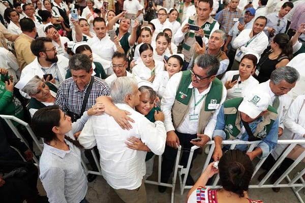 El mandatario escuchó las demandas de médicos, enfermeras y de la población. Foto: Especial