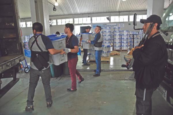 TRABAJO. Los empleados del TSE preparan material electoral para su distribución. Foto: AFP