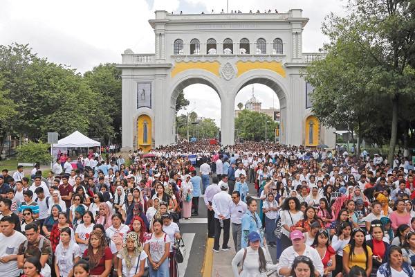 RUTA. Los jóvenes caminaron por calles de Guadalajara, hasta la Minerva. Foto: Cuartoscuro