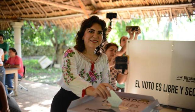 Ivonne Ortega emitiendo su voto. FOTO:Especial.
