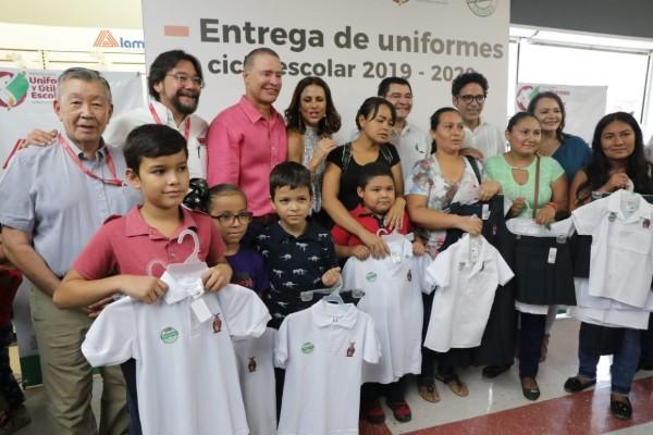Entregan uniformes escolares en Culiacán