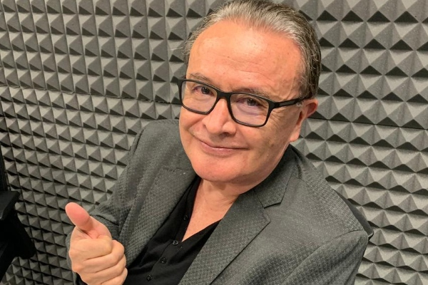 Periodista Ricardo Rocha en cabina de El dedo en la llaga para entrevista de El Heraldo Radio