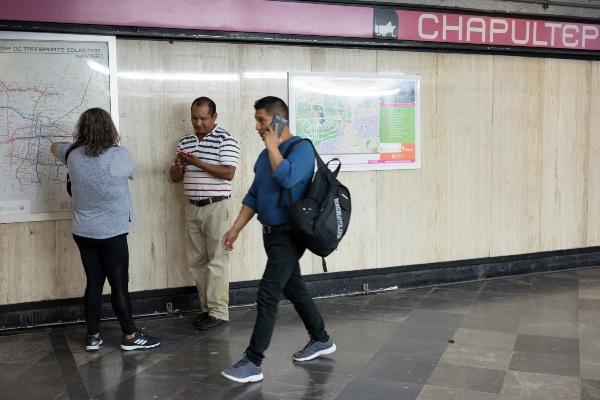 En la interestación Chapultepec-Sevilla dirección Pantititlán se suscitó una avería en uno de los neumáticos del tren, posiblemente por la presencia de un objeto extraño en las vías. Foto: Cuaertoscuro