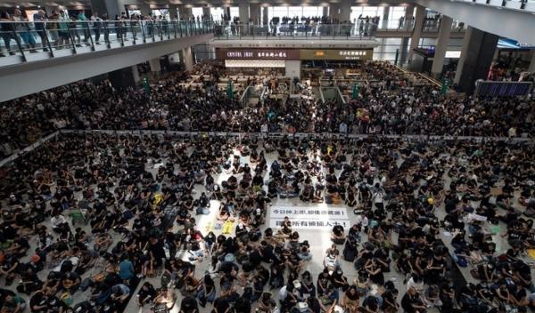 El hecho representa el mayor golpe a la economía de la ciudad desde que iniciaron las protestas a principios de junio. Foto AP