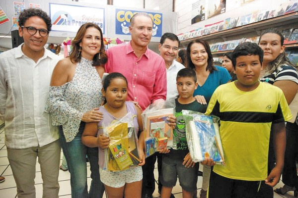 l RECORRIDO. El gobernador Quirino Ordaz y su esposa visitaron papelerías de Culiacán. Foto: Especial