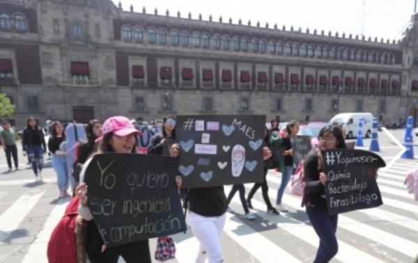 Al momento, un grupo de jóvenes y padres de familia mantienen mantas y pancartas en la Plaza de Santo Domingo. Foto Notimex