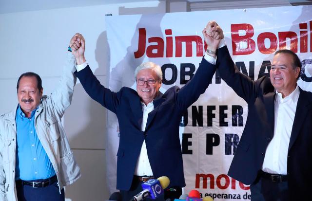 Jaime Bonilla alza los brazos como muestra de triunfo. FOTO: Cuartoscuro.