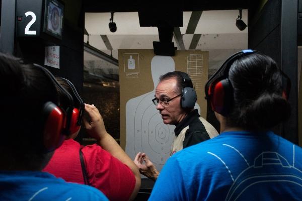 Solo uno por ciento de las personas con armas responden al fuego durante tiroteos. En las clases se enseña a cómo reaccionar en caso de un evento de este tipo. Foto: Reuters