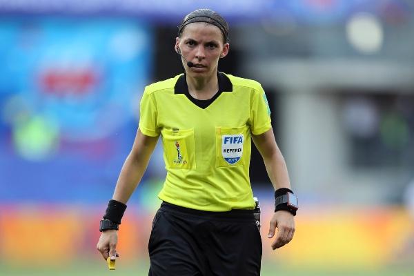 La francesa Stéphanie Frappart fue nombrada como árbitro para la Super Copa de Europa entre Liverpool y Chelsea, lo que la hace la primera mujer en oficiar un partido de tal importancia para la UEFA. Foto: AP