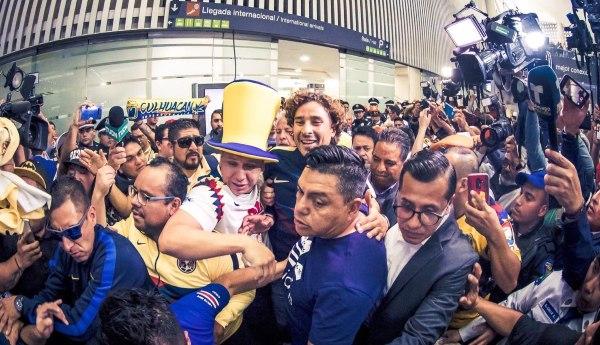 COTIZADO. El arquero volvió a México y de inmediato se enfundó en la chamarra águila. Foto: J.Alexis Hernández.